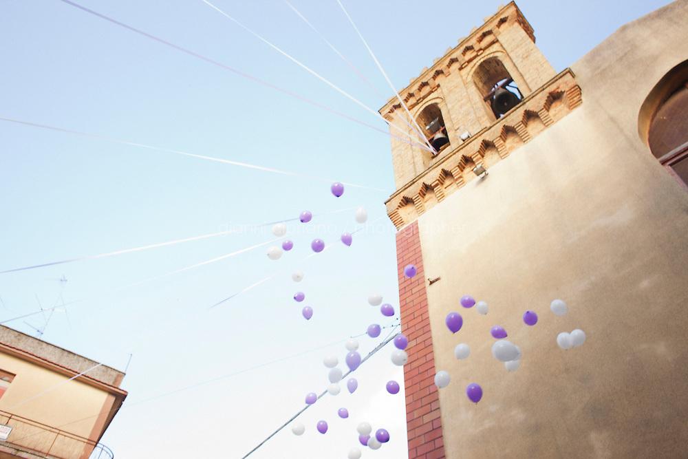Naro, Italia - il 15 September 2012: dei palloncini vengono rilasciati presso la chiesa di Sant'Erasmo dopo la celebrazione del matrimonio di una coppia narese, a Naro, Italia il 15 September 2012.