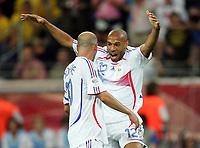 0:1 Jubel, v.l. Zinedine Zidane, Torschuetze Thierry Henry Frankreich<br /> Fussball WM 2006 Viertelfinale Brasilien - Frankreich<br />  Brasil - Frankrike <br /> Norway only