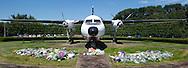 EINDHOVEN - Een vrouw staat stil bij eindhoven airport ,waar bloemen zijn gelegd Het militair vliegveld bereidt zich voor op de komst van nieuwe vluchten vanuit Oekraine met stoffelijke overschotten van slachtoffers van de vliegramp met de MH17. COPYRIGHT ROBIN UTRECHT FOTOGRAFIE