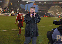 Photo: Paul Thomas.<br />Fulham v Leyton Orient. The FA Cup. 08/01/2006.<br /><br />Orient manager Martin Ling thanks the crowd.