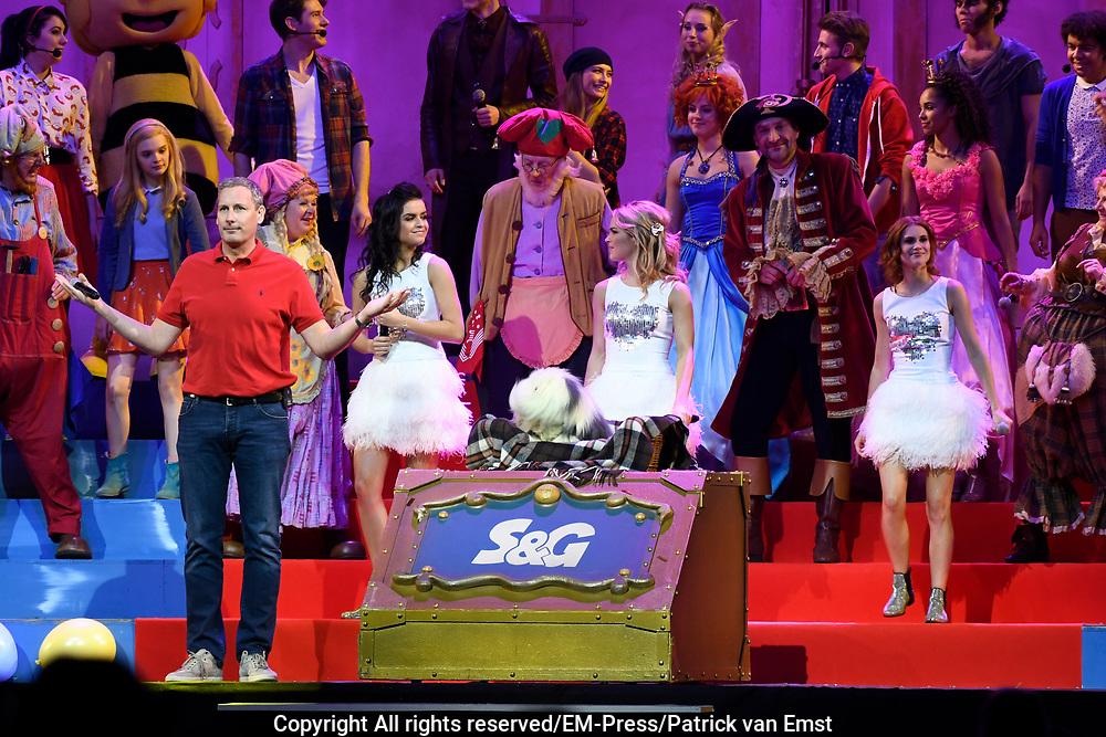 Studio 100 Winterfestival in de Ziggoi Dome, Amsterdam. De Studio 100 tv-vrienden willen samen vanwege het 20-jarig jubileum een verrassingsfeest organiseren voor Samson & Gert, het duo waar het allemaal mee is begonnen. <br /> <br /> Op de foto:  Samson & Gert, Piet Piraat en zijn vrienden, Maya de Bij, Lolly Lolbroek, Kabouter Plop en zijn kaboutervrienden, Nachtwacht, Prinsessia, Bumba, Ghost Rockers, Mega Mindy , K3 met Klaasje Meijer, Hanne Verbruggen en Marthe De Pillecyn.