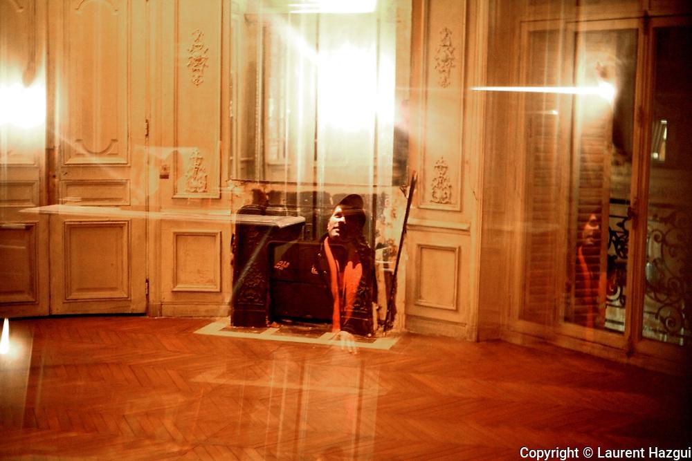 D&eacute;cembre 2006. Malcolm, membre actif de Jeudi noir. R&eacute;union de travail du collectif. Photo prise dans un squat ouvert par l'association Macaq dans le 8&egrave;me arrondissement. <br /> <br /> Le collectif Jeudi Noir se bat contre les prix &eacute;lev&eacute;s de l&rsquo;immobilier pour les jeunes et les bas salaires. Depuis fin octobre 2006, Jeudi noir s&rsquo;invite lors de visite d&rsquo;appartement en location, &agrave; la vente, dans les agences immobili&egrave;res ou chez des vendeurs de liste pour y faire la f&ecirc;te et revendiquer un &eacute;clatement de la bulle immobili&egrave;re et un interventionnisme de l&rsquo;&Eacute;tat pour r&eacute;guler le march&eacute; immobilier.  Le 31 d&eacute;cembre 2006, le collectif entame une occupation d&rsquo;un immeuble vide, appartenant &agrave; une banque, pr&egrave;s de la place de la Bourse &agrave; Paris, avec les associations Macaq et le DAL, baptis&eacute; le &laquo;minist&egrave;re de la crise du logement &raquo; et qui vise &agrave; &ecirc;tre un lieu de ressource et d&rsquo;&eacute;change sur la crise du logement en France, et &agrave; installer le sujet dans la campagne pr&eacute;sidentielle 2007. S&eacute;rie en cours&hellip;