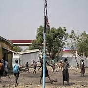 Des écoliers jouent dans la cour de leur école endommagée par les combats, à Malakal. Trois écoles ont rouvert dans cette ville à la rentrée, en février 2017, après trois années de fermeture. Les autorités tentent de faire revenir la population en assurant des services élémentaires.