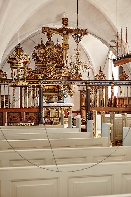 Stenløse Kirke efter restaurering, Nebel & Olesen Arkitekter, nyt gulv i kor, ny alterring, kirkebænke, Jesus på korset, altertavle, skib