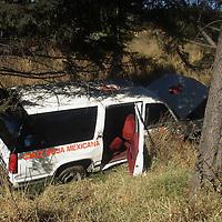 Ocoyoacac, Mex.- Cuatro paramedicos resultaron lesionados entre ellos el coordinador nacional de socorros de la Cruz Roja, Issac Oxtenhaut, al ser impactados en el km. 44 de la carretera Mexico - Toluca por una camioneta Pick Up conducida por el diputado local Jose Suarez Reyes quien se dio a la fuga, abandonando el lugar del percanse, los lesionados fueron trasladados al hopistal central de la Cruz Roja en la ciudad de Mexico para su atencion medica. Agencia MVT / Mario Vazquez de la Torre. (DIGITAL)<br /> <br /> <br /> <br /> <br /> <br /> <br /> <br /> NO ARCHIVAR - NO ARCHIVE