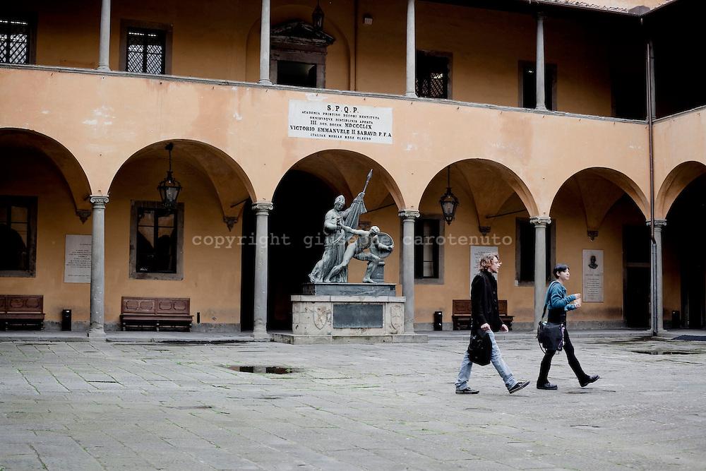 PISA. STUDENTI NEL CORTILE DELLA FACOLTA' DI FILOSOFIA E LETTERE DELL'UNIVERSITA' DI PISA