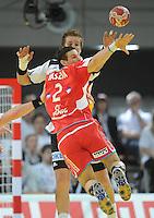 Handball EM Herren 2010 Vorrunde Deutschland - Polen 19.01.2010 Oliver Roggisch (GER hinten) gegen Bartomiej Jaszka (POL)