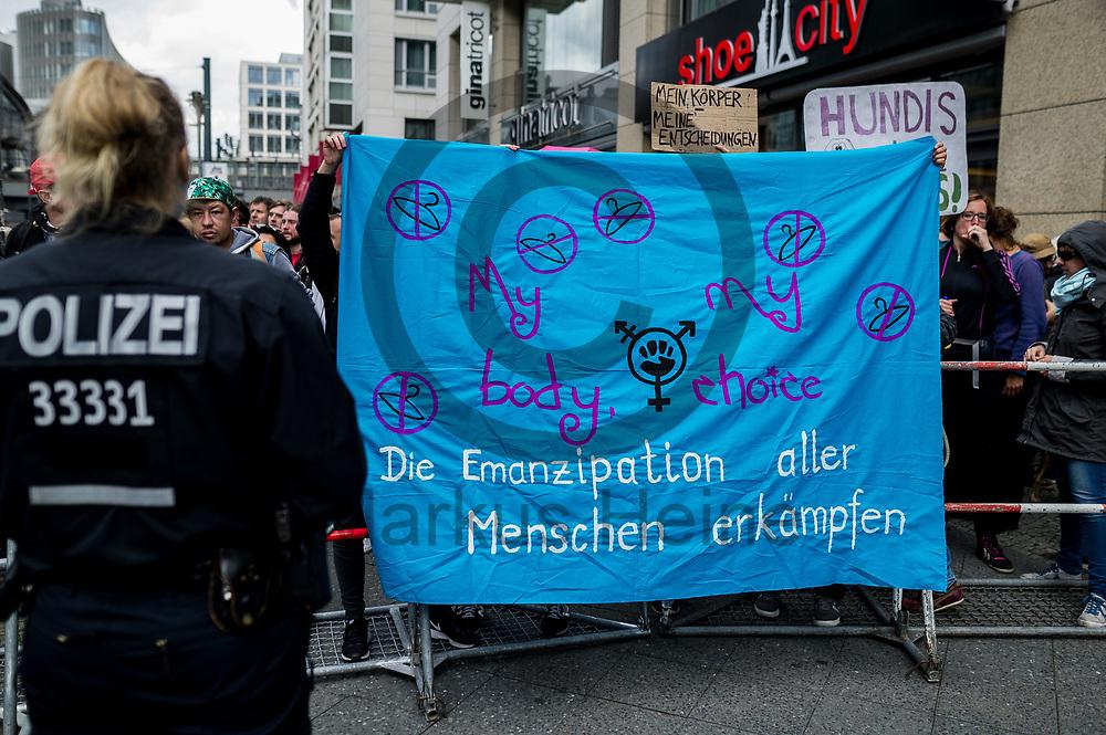 Deutschland, Berlin - 16.09.2017<br /> <br /> Gegendemonstranten stehen hinter einer Absperrung. Unter dem Motto &quot;Die Schw&auml;chsten sch&uuml;tzen. Ja zu jedem Kind&quot; ziehen Abtreibungsgegner und sogenannte Lebenssch&uuml;tzer durch Berlin. Kritiker werfen den Teilnehmern religi&ouml;sen Fundamentalismus vor.<br /> <br /> Germany, Berlin - 16.09.2017<br /> <br /> Counter-demonstrator stand behind a barricade. Under the motto &quot;Protect the most vulnerable, yes to every child&quot;, anti-abortionist and so-called &quot;lifeguards&quot; move through Berlin. Critics accuse participants of religious fundamentalism.<br /> <br />  Foto: Markus Heine<br /> <br /> ------------------------------<br /> <br /> Ver&ouml;ffentlichung nur mit Fotografennennung, sowie gegen Honorar und Belegexemplar.<br /> <br /> Bankverbindung:<br /> IBAN: DE65660908000004437497<br /> BIC CODE: GENODE61BBB<br /> Badische Beamten Bank Karlsruhe<br /> <br /> USt-IdNr: DE291853306<br /> <br /> Please note:<br /> All rights reserved! Don't publish without copyright!<br /> <br /> Stand: 09.2017<br /> <br /> ------------------------------
