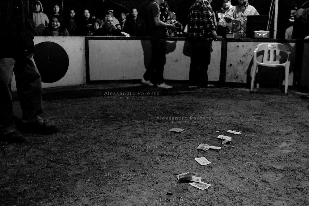 ENG:<br /> Before the fight the referee make a game with the public. Some trainer told us he is a cheater.<br /> ITA:<br /> Nell'attesa del combattimento il giudice di gara arrotonda il suo stipendio facendo puntare il pubblico su carte da gioco. A detta dei piu' esperti e' un imbroglione