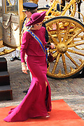 Aankomst koninklijke familie in de gouden koets bij de Ridderzaal op Prinsjesdag 2012. /// Arrival royal family in the golden coach at the Riddrerzaal on &quot;Prinsjesdag&quot;in The Hague<br /> <br /> Op de foto / On the photo:<br />  Prinses M&aacute;xima stapt uit de gouden koets