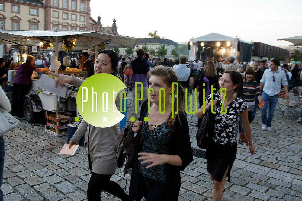 Mannheim. Universit&permil;t. Uni. Ehrenhof. Schollss. Schlossfest 2010.<br /> <br /> Bild: Markus Proflwitz / masterpress /   *** Local Caption *** masterpress Mannheim - Pressefotoagentur<br /> Markus Proflwitz<br /> C8, 12-13<br /> 68159 MANNHEIM<br /> +49 621 33 93 93 60<br /> info@masterpress.org<br /> Dresdner Bank<br /> BLZ 67080050 / KTO 0650687000<br /> DE221362249