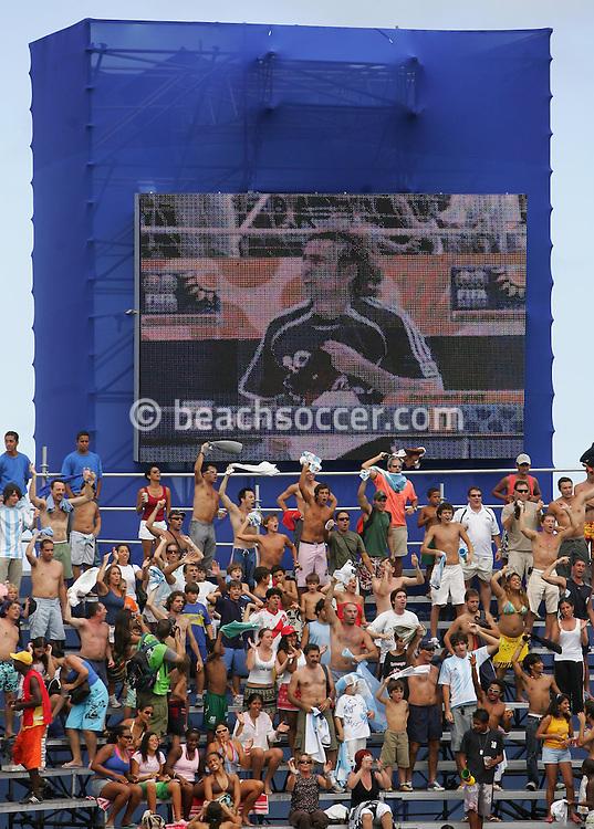 Football-FIFA Beach Soccer World Cup 2006 - Group D-Bahrain - Argentina, Beachsoccer World Cup 2006. Argentina's fans - Rio de Janeiro - Brazil 04/11/2006<br /> Mandatory credit: FIFA/ Manuel Queimadelos