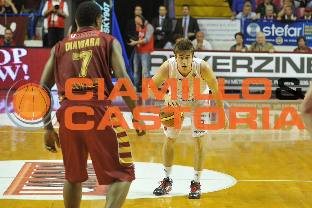 DESCRIZIONE : Venezia Lega A 2012-13 Umana Venezia Cimberio Varese<br /> GIOCATORE : andrea de nicolao<br /> CATEGORIA : palleggio<br /> SQUADRA : Umana Venezia Cimberio Varese<br /> EVENTO : Campionato Lega A 2012-2013 <br /> GARA : Umana Venezia Cimberio Varese<br /> DATA : 05/05/2013<br /> SPORT : Pallacanestro <br /> AUTORE : Agenzia Ciamillo-Castoria/M.Gregolin<br /> Galleria : Lega Basket A 2012-2013  <br /> Fotonotizia : Venezia Lega A 2012-13 Umana Venezia Cimberio Varese<br /> Predefinita :