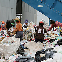 Metepec, Mex.- Pepenadores buscan entre el desperdicio objetos para su venta en el zocavon de Metepec, el cual recibe toneladas de basura que se genera en los municipios del Valle de Toluca. Agencia MVT / Mario Vazquez de la Torre. (DIGITAL)<br /> <br /> <br /> <br /> <br /> <br /> <br /> <br /> NO ARCHIVAR - NO ARCHIVE