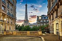 Eiffelturm mit traditionellen Paris Apartment Gebäuden im Vordergrund.