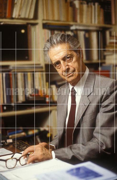 Italian conductor Franco Ferrara in his house (1985) / Il direttore d'orchestra Franco Ferrara nella sua casa (1985) - © Marcello Mencarini