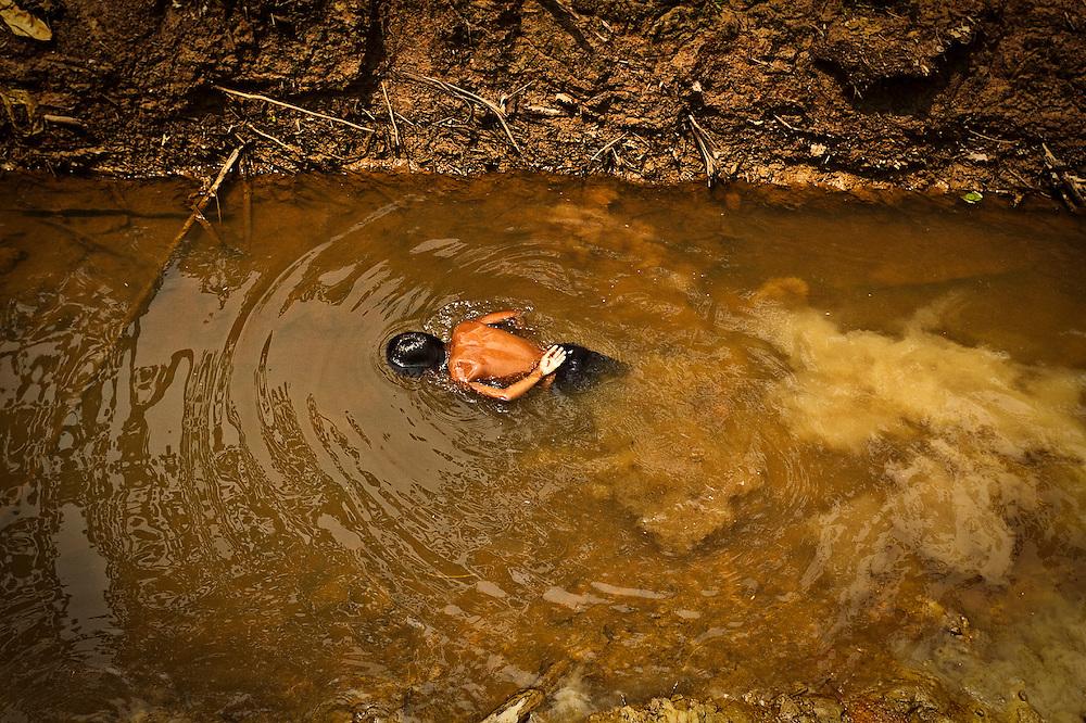 Colombia, Amazonas, 2010. Respirando. <br /> En medio de extremas condiciones clim&aacute;ticas -humedad relativa del 90% y 26 grados cent&iacute;grados de temperatura promedio- se conserva la mayor zona de biodiversidad de nuestro planeta. El agua es recurso fundamental para alimentar de vida a sus escasos pobladores y de aire a m&aacute;s de seis mil millones de habitantes de la Tierra.<br /> . Breathing. <br /> In the midst of extreme climatic conditions - relative humidity of 90% and 26 degrees Celsius, the greatest area of biodiversity in our planet thrives. The water is a fundamental resource which provides fresh air to more than six billion inhabitants on Earth including those living in these poor villages.