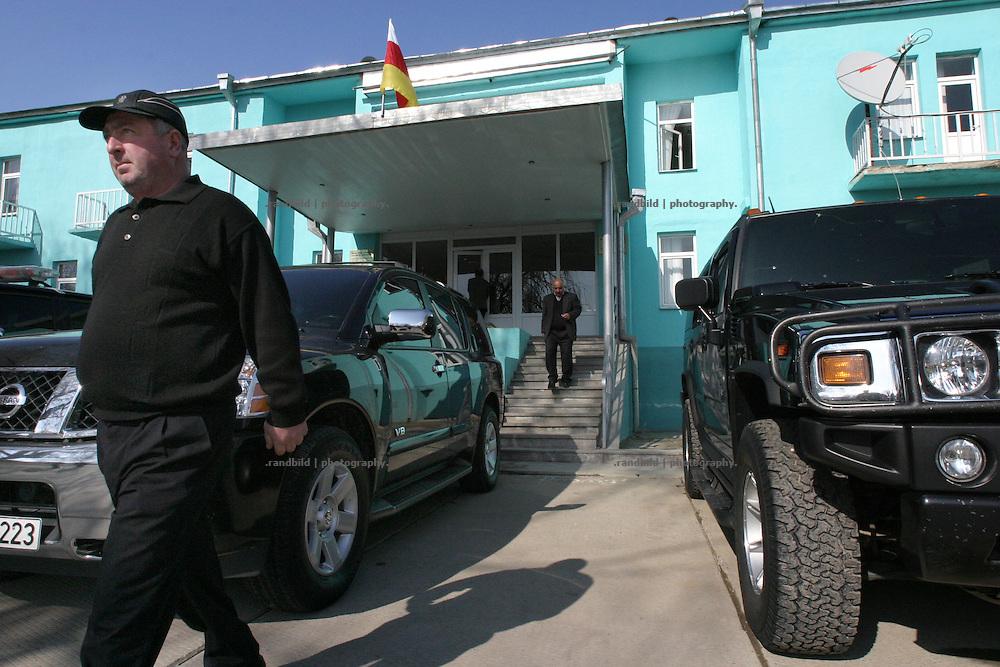 """Die Administration der sog. und progeorgischen """"Alternativen Regierung Südossetien"""" in Kurta. Kurta ist eines von mehreren georgischen Dörfern in Südossetien, die nach dem separatistischen Bürgerkrieg 1990-92 unter der Kontrolle der Zentralregierung in Tiflis verblieben, während die anderen Teile der abtrünnigen Region de facto eigenständig verwaltet sind. (The administration of the socalled and pro georgian """"Alternative Government of South Ossetia"""" in Kurta. Kurta is one of a couple Georgian villages of South Ossetia that has remained under the control of Tbilisi since the rest of the region separated de facto from Georgia after the civil war of 1990-92.)"""