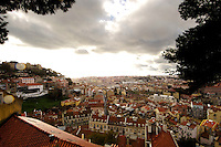 01 JAN 2006, LISBON/PORTUGAL:<br /> Blick auf die historische Innenstadt der Stadt Lissabon, links das Castelo de Sao Jorge<br /> View on the historical center of the city of Lisbon, left side the Castelo de Sao Jorge <br /> IMAGE: 20060101-01-015<br /> KEYWORDS: Lisboa, roof, Dach, D&auml;cher, Reise, travel, Stadtansicht, Europa, europe, cityscape