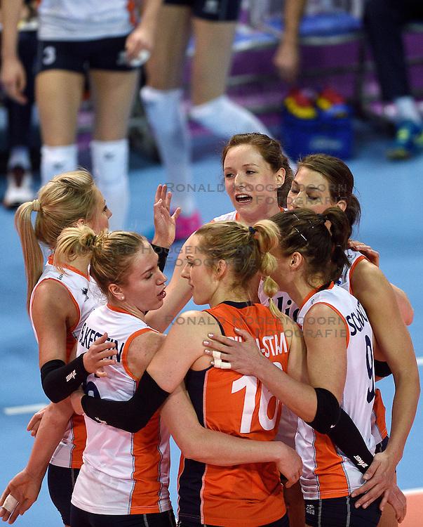 04-01-2016 TUR: European Olympic Qualification Tournament Nederland - Duitsland, Ankara <br /> De Nederlandse volleybalvrouwen hebben de eerste wedstrijd van het olympisch kwalificatietoernooi in Ankara niet kunnen winnen. Duitsland was met 3-2 te sterk (28-26, 22-25, 22-25, 25-20, 11-15) / Maret Balkestein-Grothues #6, Debby Stam-Pilon #16, Lonneke Sloetjes #10, Robin de Kruijf #5