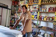 Javier Calvelo/ URUGUAY/ DURAZNO - LAS PALMAS/ Etapa de Investigacion Fotografica para Serie documental televisiva Menos de 100.<br /> Producci&oacute;n: Mariel Bal&aacute;s, Direcci&oacute;n: Luc&iacute;a Secco, Direcci&oacute;n de fotograf&iacute;a: Mar&iacute;a Jos&eacute; Secco, Fotograf&iacute;a fija: Javier Calvelo<br /> Menos de 100 es un registro de cinco realidades que comparten un tiempo en un pa&iacute;s que poco las conoce. A trav&eacute;s de cinco pueblos, cinco paisajes, cinco or&iacute;genes, la forma de vida, los v&iacute;nculos entre menos de 100 personas que conviven y construyen su historia. Caso 2: Las Palmas (Durazno. 24 habitantes)<br /> Una de las cinco minas que explotar&aacute; Aratir&iacute; se asentar&aacute; en las proximidades del pueblo Las Palmas. Ya sea por la  influencia econ&oacute;mica, las oportunidades laborales y el aumento de poblaci&oacute;n temporal, o por el malestar y la incertidumbre, no cabe duda que es un momento de transici&oacute;n en la vida de Las Palmas.<br /> El contacto fue con Andrea, que viv&iacute;a en la zona con su madre y sus hijos. Luego que mevir hizo las casas se mud&oacute; con sus hijos. Su madre se fue a vivir a durazno. All&iacute; ahora vive con su hijo menor que tiene 9 a&ntilde;os y los dos mas grandes viven con su madre. Actulamente ella trabaja como coordinadora de un proyecto que gan&oacute; fondos de Uruguay Integra. Es la coordinadora del centro cultura. Vive con su pareja, Marcelo Serena con el que tiene un almac&eacute;n al lado de su casa. Visitamos a la Sra Marina Fuentes Igarzabal que es una pobladora del lugar que no quiso mudarse a las casas de Mevir. Tiene dos hijas. Una de ellas vive en Paysand&uacute; y durante el verano la visita. Trabaj&oacute; como nurse y se encargaba de ayudar a sus<br />  vecinos, ten&iacute;a una policl&iacute;nica al frtnte de su casa d&oacute;nde atend&iacute;a el doctor que visitaba el pueblo una vez por semana. Ella daba inyecciones, atend&iacute;a partos,