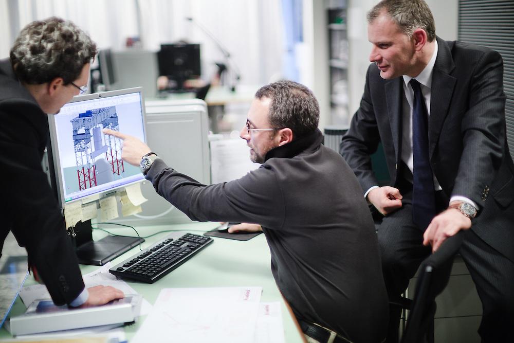 17 JAN 2011 - Sant'Ilario d'Enza (Reggio Emilia) - Fabio Belli, AD di Fagioli S.p.A., con Moreno Massetti, direttore generale, e un tecnico al computer
