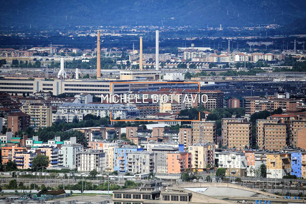 Palazzine dell'ex Villaggio Olimpico di Torino sullo sfondo lo stabilimento di Mirafiori