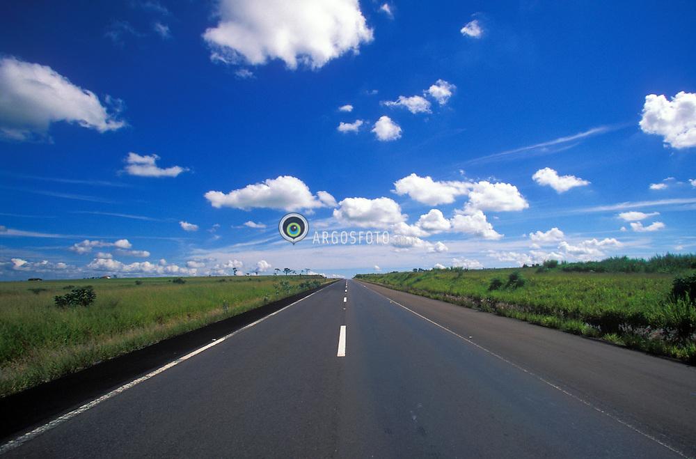 Sao Paulo, Brasil. 1998.Estrada asfaltada, plana, ceu azul e horizonte bem definido./ Road and blue sky..Foto Marcos Issa/Argosfoto