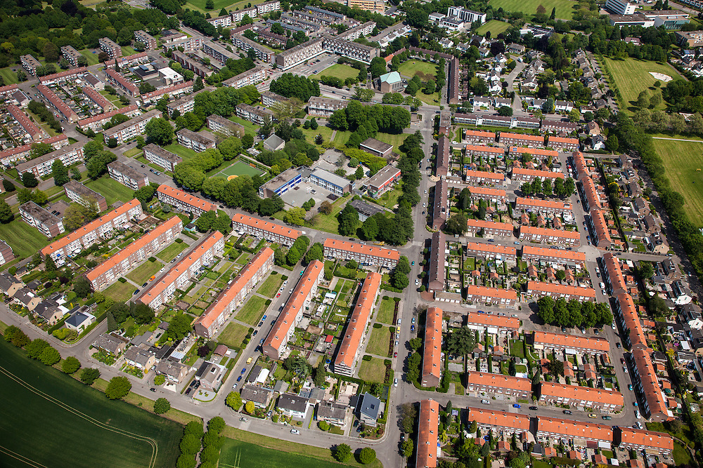 Nederland, Limburg, Maastricht, 27-05-2013; Pottenberg, wijk in Maastricht-West. De parochiewijk is ruim opgezet en kent verschillend woningtypes. Middelpunt van de wijk uit de wederopbouwperiode is het Terra Cottaplein met Christus'Hemelvaart kerk (met koperoxide-kleurig dak).<br /> Reconstruction area: parish district in Maastricht is spacious and has various housing types, church central in the district (copper oxide colored roof)<br /> luchtfoto (toeslag op standard tarieven)<br /> aerial photo (additional fee required)<br /> copyright foto/photo Siebe Swart.