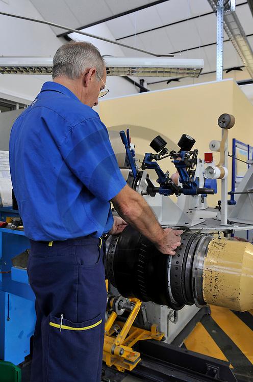 20/11/09 - CLERMONT FERRAND - PUY DE DOME - FRANCE - Fabrication d un pneu radial dans les ateliers de l ecole MICHELIN des Cataroux. Pose de la nappe sommet - Photo Jerome CHABANNE
