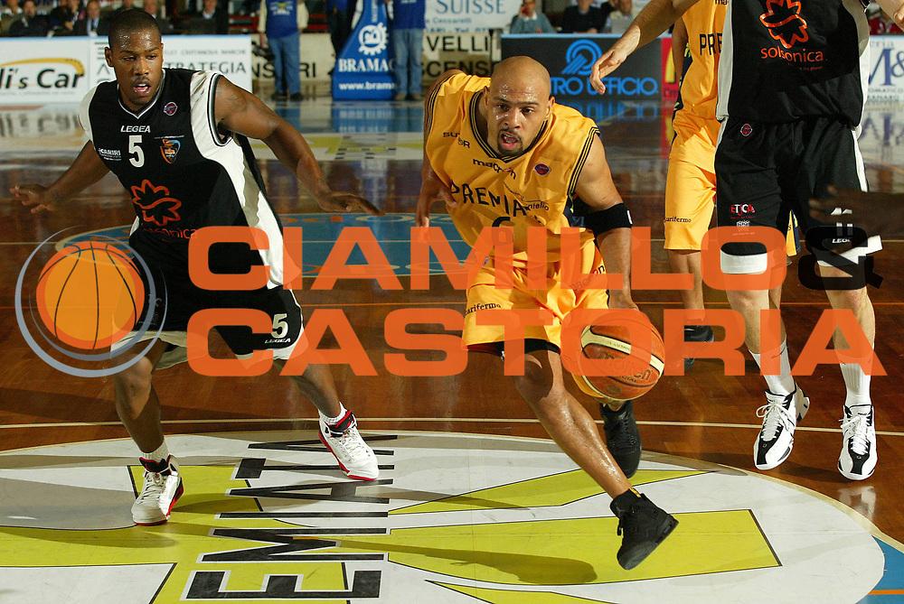 DESCRIZIONE : Porto San Giorgio Lega A1 2007-08 Premiata Montegranaro Salsonica Rieti<br /> GIOCATORE : Kiwane Garris<br /> SQUADRA : Salsonica Rieti<br /> EVENTO : Campionato Lega A1 2007-2008 <br /> GARA : Premiata Montegranaro Salsonica Rieti<br /> DATA : 18/10/2007 <br /> CATEGORIA : Palleggio<br /> SPORT : Pallacanestro <br /> AUTORE : Agenzia Ciamillo-Castoria/F.Zeppilli