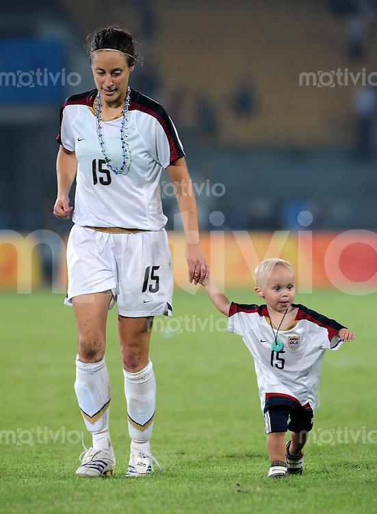 Olympia 2008  Peking  Fussball Halbfinale Frauen 18.08.2008 Japan - USA Kate Markgraf (USA) feiert den Finaleinzug mit Sohn Keegan