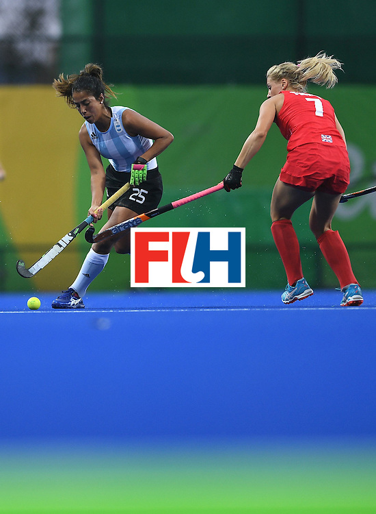Argentina's Gabriela Aguirre vies for the ball with Britain's Georgie Twigg during the women's field hockey Britain vs Argentina match of the Rio 2016 Olympics Games at the Olympic Hockey Centre in Rio de Janeiro on August, 10 2016. / AFP / MANAN VATSYAYANA        (Photo credit should read MANAN VATSYAYANA/AFP/Getty Images)