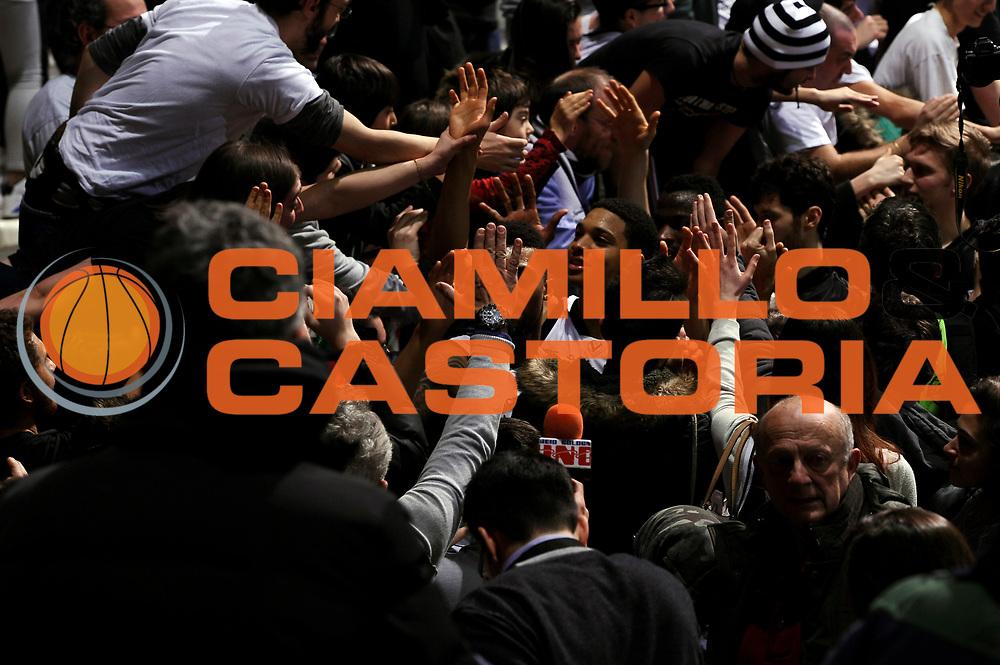 DESCRIZIONE : Bologna Lega A 2014-2015 Granarolo Bologna Banco di Sardegna Sassari<br /> GIOCATORE : tifosi Abdul Gaddy<br /> CATEGORIA : tifosi postgame <br /> SQUADRA : Granarolo Bologna<br /> EVENTO : Campionato Lega A 2014-2015<br /> GARA : Granarolo Bologna Banco di Sardegna Sassari<br /> DATA : 25/01/2015<br /> SPORT : Pallacanestro<br /> AUTORE : Agenzia Ciamillo-Castoria/M.Marchi<br /> GALLERIA : Lega Basket A 2014-2015<br /> FOTONOTIZIA : Bologna Lega A 2014-2015 Granarolo Bologna Banco di Sardegna Sassari<br /> PREDEFINITA :