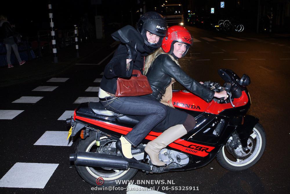 NLD/Amsterdam/20080123 - Hanna Verboom achter op de motor van een vriendin