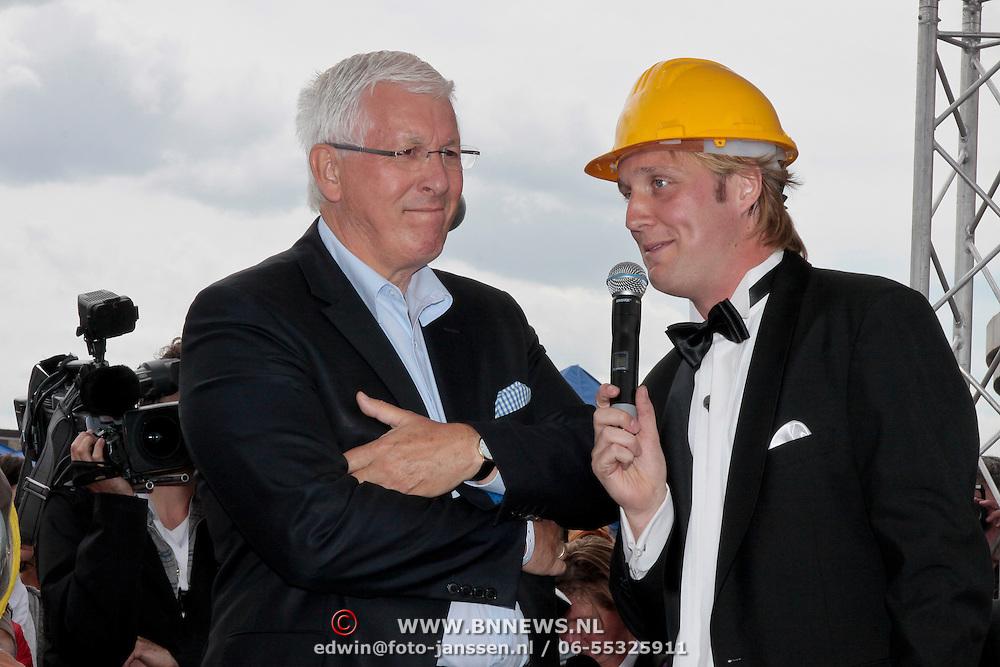NLD/Almere/20110608 - Prinses Maxima opent het KlokHUIS te Almere, Organisator Bart Meijer in gesprek met Joop Daalmeijer