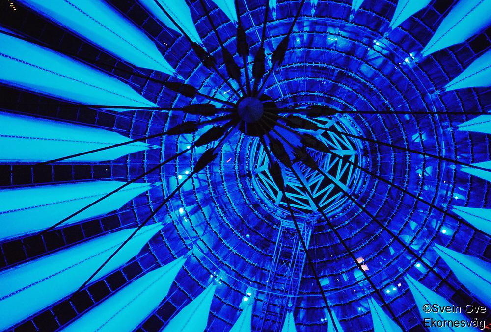 Berlin februar 2012.<br /> Linjer og blått lys i et tak i Beriln.<br /> Foto: Svein Ove Ekornesvåg