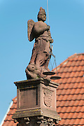 Marktplatz, Justitia auf Brunnen, Altstadt, Michelstadt, Odenwald, Naturpark Bergstraße-Odenwald, Hessen, Deutschland | market square, godess of Justice on fountain, old town, Michelstadt, Odenwald, Hesse, Germany