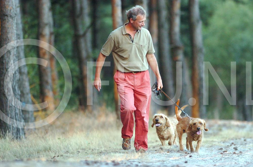 060719, ommen,ned<br /> Paul Habets huistarts en plv voorzitter LHV laat zijn honden uit.<br /> fotografie frank uijlenbroek&copy;2006 frank uijlenbroek