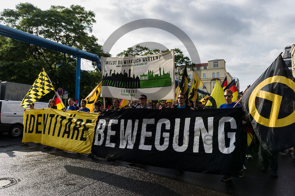 &quot;Identit&auml;re Bewegung&quot; steht w&auml;hrend der Demonstration der rechtsextremen Identit&auml;ren Bewegung am 17.06.2016 in Berlin, Deutschland auf dem Fronttransparent der Demonstration. Mehre hundert Menschen demonstrierten gegen den ersten Marsch der rechtsextremen Identit&auml;ren Bewegung in Deutschland. Foto: Markus Heine / heineimaging<br /> <br /> ------------------------------<br /> <br /> Ver&ouml;ffentlichung nur mit Fotografennennung, sowie gegen Honorar und Belegexemplar.<br /> <br /> Bankverbindung:<br /> IBAN: DE65660908000004437497<br /> BIC CODE: GENODE61BBB<br /> Badische Beamten Bank Karlsruhe<br /> <br /> USt-IdNr: DE291853306<br /> <br /> Please note:<br /> All rights reserved! Don't publish without copyright!<br /> <br /> Stand: 06.2016<br /> <br /> ------------------------------
