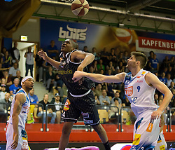 17.05.2015, Walfersamhalle, Kapfenberg, AUT, ABL, ece Bulls Kapfenberg vs magnofit Guessing Knights, 3. Semifinale, im Bild Shawn Ray (Kapfenberg) Travis Taylor (Guessing) Filip Kreamer (Kapfenberg) // during the Austrian Basketball League, 3th semifinal, between ece Bulls Kapfenberg and magnofit Guessing Knights at the Sportscenter Walfersam, Kapfenberg, Austria o00000n 2015/05/17, EXPA Pictures © 2015, PhotoCredit: EXPA/ Dominik Angerer