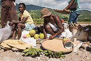 Haïti, Département du Sud, Marché de la commune de Maniche. À la suite du passage de l'ouragan Matthew en octobre 2016, des centaines de femmes ont bénéficié de subventions financières pour la reprise de leurs activités économiques (essentiellement des petits commerces) et ont bénéficié d'une formation en gestion financière pour renforcer leurs capacités.