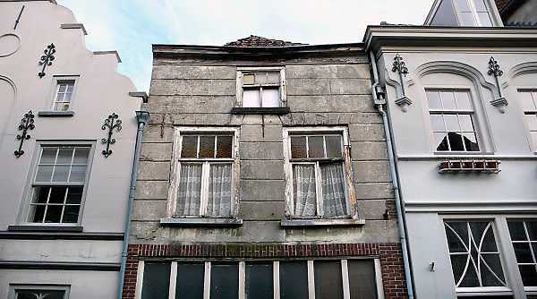 Nederland, Grave, 10-9-2011Een historische woning die door slecht onderhoud op instorten staat, geklemd tussen twee historische panden die wel opgeknapt zijn.Foto: Flip Franssen/Hollandse Hoogte