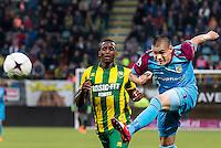 DEN HAAG - ADO Den Haag - Vitesse , Eredivisie , voetbal , Kyocera stadion , seizoen 2014/2015 , 24-04-2015 , Vitesse speler Uros Djurdjevic met schot op doel langs