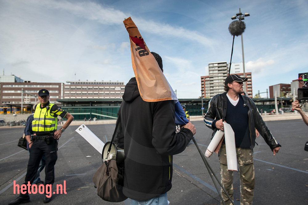 nederland, Enschede 01okt2017 Constant Kusters is klaar met demonstreren en vertrekt na de demonstratie van de Nedelandse Volks Unie in Enschede. Ongeveer dertig leden / sympatisanten van de NVU  demonstreerden zondag in de buurt van het station van Enschede. Er was een grote politiemacht op de been om de demo rustig te laten verlopen. Er waren geen linkse tegendemonstranten en na twee uur was de demo afgelopen.