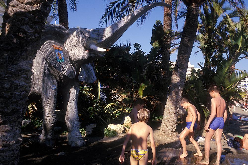 Espa&ntilde;a. M&aacute;laga Marbella. <br /> Elefante-ducha en la playa<br /> <br /> &copy; JOAN COSTA