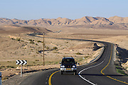 Straße durch die Wüste, Negev, Israel.|.road through desert, Negev, Israel.