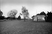 Nederland, Dwingeloo, 15-11-1998..Radiotelescoop met controlecentrum. Sterrenwacht, onderzoek maar het heelal, sterrenstelsel, ruimte, kosmos...Wetenschap, oerknal, zwart gat...Foto: Flip Franssen/Hollandse Hoogte