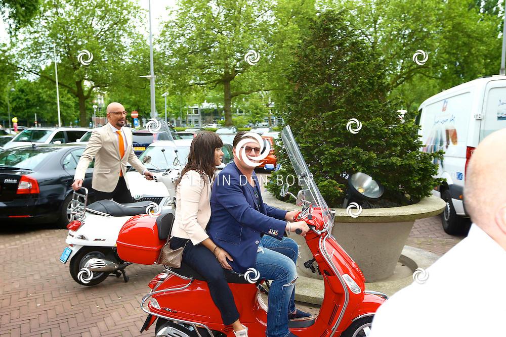 AMSTERDAM - In de tuin van het Hilton Hotel Amsterdam is de jaarlijkse haringparty weer aan de gang. Met hier op de foto  Martijn Krabbé en Amanda Beekman. FOTO LEVIN DEN BOER - PERSFOTO.NU