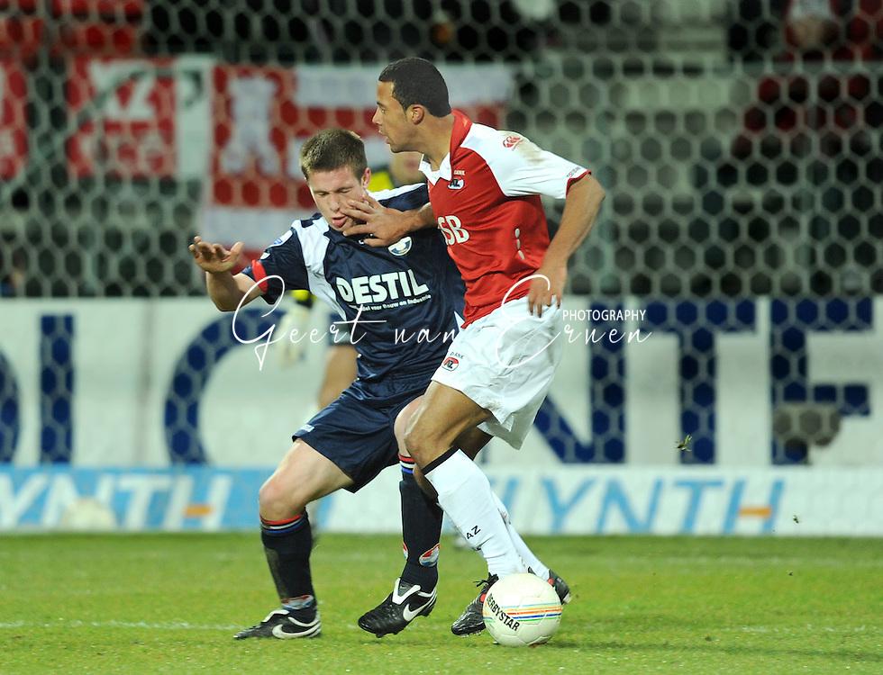07-02-2009 VOETBAL: AZ - WILLEM II: ALKMAAR<br /> Bart Biemans krijgt de vinger in het oog van Moussa Demb&eacute;l&eacute;. Biemans maakte gisteren zijn debuut<br /> FOTO: GEERT VAN ERVEN